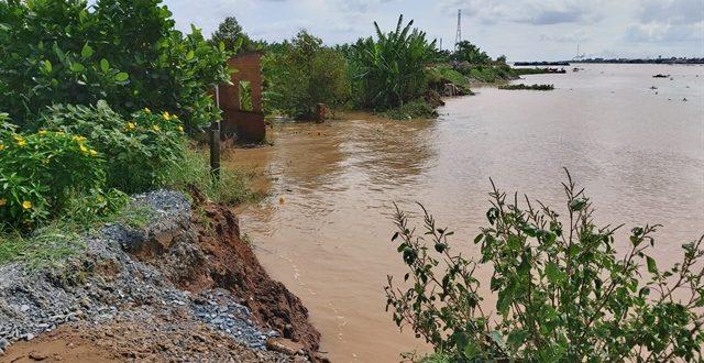 Bến Tre seeks to build 2 dykes to prevent river, coastal erosion